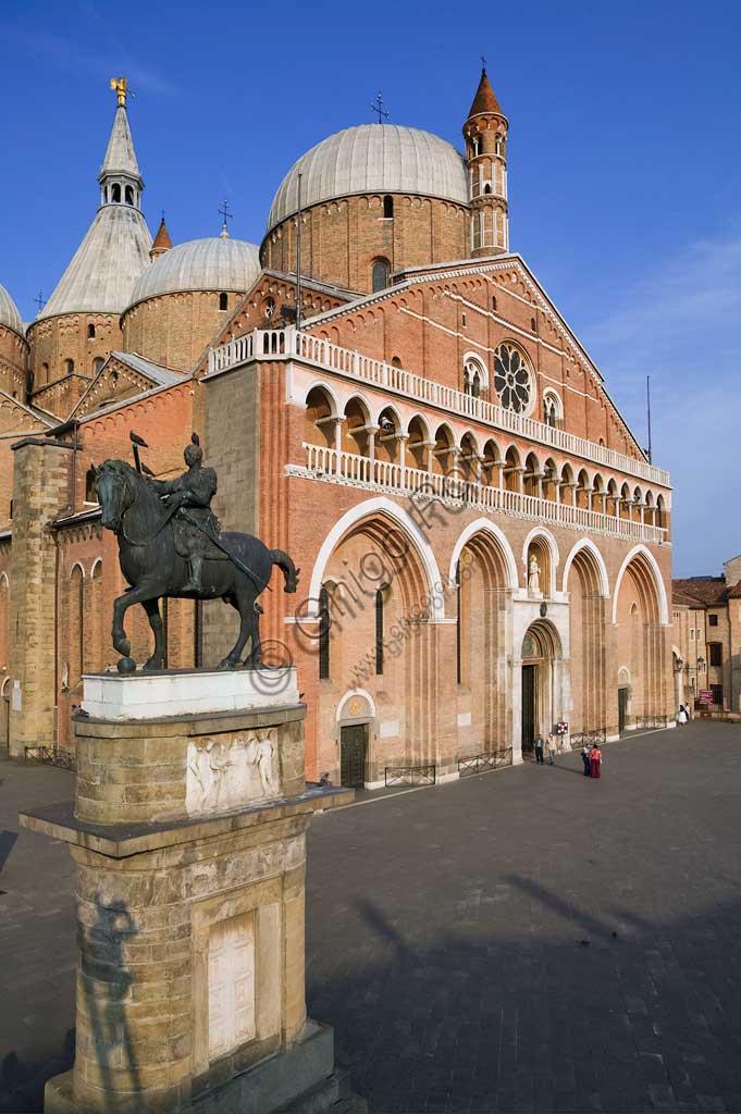 """Padova, Piazza del Santo: veduta della Basilica di S. Antonio. In primo piano, monumento equestre di Erasmo da Narni detto """" Il Gattamelata"""", di  Donatello (1453)."""