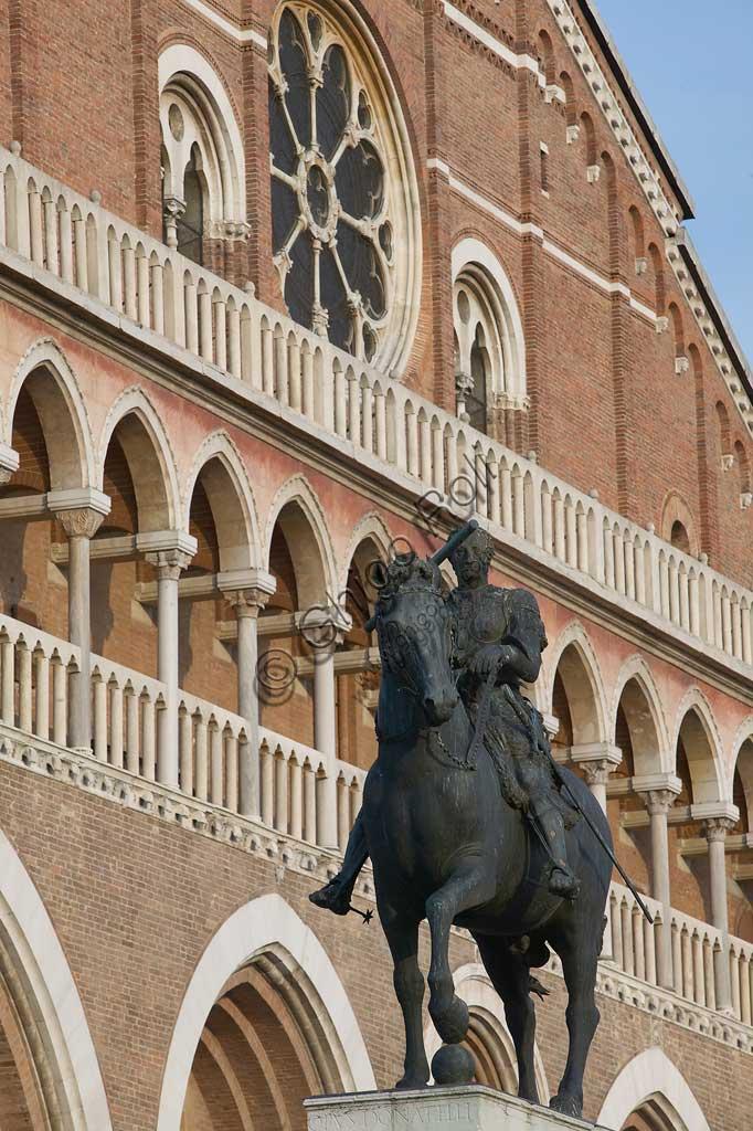 """Padova, Piazza del Santo: veduta parziale della Basilica di S. Antonio. In primo piano, monumento equestre di Erasmo da Narni detto """" Il Gattamelata"""", di  Donatello (1453)."""