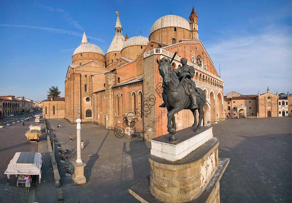 """Piazza del Santo, veduta della Basilica di S. Antonio. In primo piano: Donatello (1453), monumento equestre di Erasmo da Narni """" Il Gattamelata""""."""