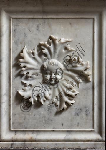 Genova, Duomo (Cattedrale di S. Lorenzo), Battistero (già Chiesa di San Giovanni il Vecchio): pluteo del fonte battesimale, protome di putto entro fogliami d'acanto spinoso, di bottega di Gerolamo Viscardi, 1502-1503.