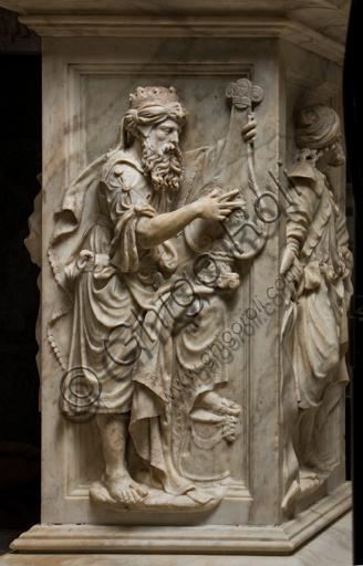 Genova, Duomo (Cattedrale di S. Lorenzo),  Cappella di San Giovanni, baldacchino dell'altare: pilastro con Re Davide che suona la cetra, scultura in marmo di Guglielmo Della Porta, 1531-1537.