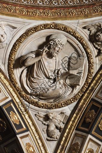 Genova, Duomo (Cattedrale di S. Lorenzo),  Cappella di San Giovanni: peduccio della cupola con San Marco Evangelista, bassorilievo marmoreo di Giovanni D'Aria (1483 - 1522).