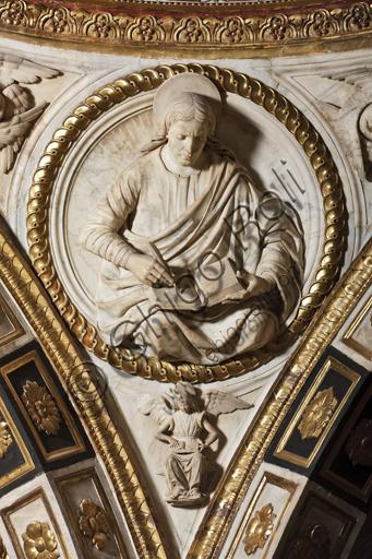 Genova, Duomo (Cattedrale di S. Lorenzo),  Cappella di San Giovanni: peduccio della cupola con San Matteo Evangelista, bassorilievo marmoreo di Giovanni D'Aria (1483 - 1522).