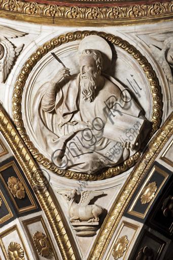 Genova, Duomo (Cattedrale di S. Lorenzo),  Cappella di San Giovanni: peduccio della cupola con San Luca Evangelista, bassorilievo marmoreo di Giovanni D'Aria (1483 - 1522).