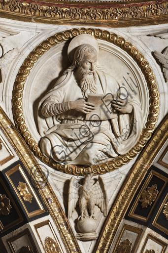 Genova, Duomo (Cattedrale di S. Lorenzo),  Cappella di San Giovanni: peduccio della cupola con San Giovanni Evangelista, bassorilievo marmoreo di Giovanni D'Aria (1483 - 1522).