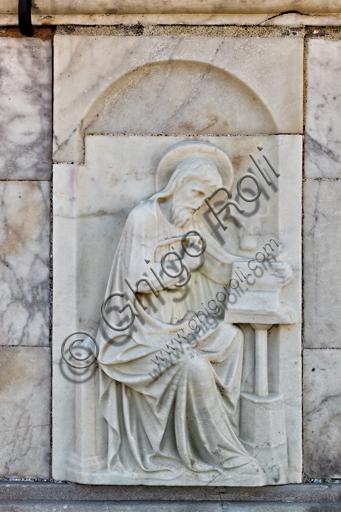 """Genova, Duomo (Cattedrale di S. Lorenzo), cupola, tamburo: """"San Luca"""", formella figurata (secolo XVI)."""