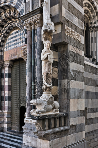"""Genova, Duomo (Cattedrale di S. Lorenzo), facciata, angolo tra il lato ovest e il lato sud: """"Santo con meridiana detto l'Arrotino (S. Giovanni evangelista?), 1225 circa."""