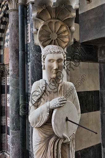"""Genova, Duomo (Cattedrale di S. Lorenzo), facciata, angolo tra il lato ovest e il lato sud: """"Santo con meridiana detto l'Arrotino (S. Giovanni evangelista?), 1225 circa.Particolare."""