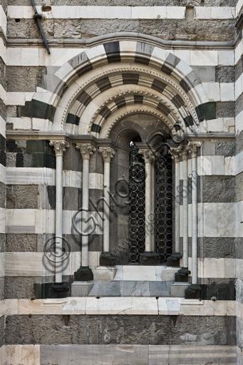 Genova, Duomo (Cattedrale di S. Lorenzo), fianco sud: bifora al primo ordine (1217 circa).