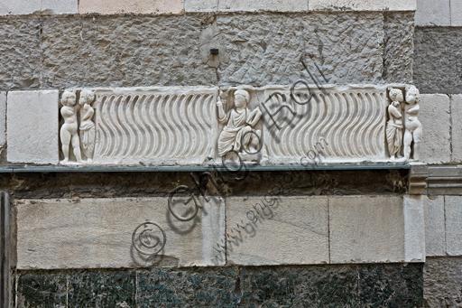 Genova, Duomo (Cattedrale di S. Lorenzo), fianco sud: fronte di sarcofago strigilato con letterato docente e gruppi di Amore e Psiche, III - IV secolo d.C.