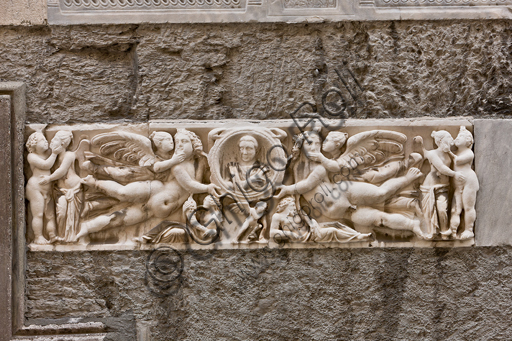Genova, Duomo (Cattedrale di S. Lorenzo), fianco sud: fronte di sarcofago con clipeo e gruppi di Amore e Psiche (240 d.C.).