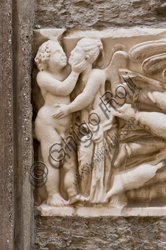 Genova, Duomo (Cattedrale di S. Lorenzo), fianco sud: fronte di sarcofago con clipeo e gruppi di Amore e Psiche (240 d.C.).Particolare.