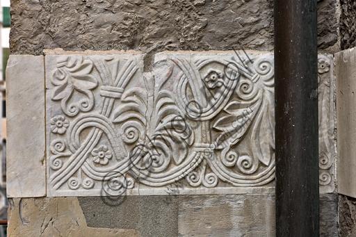 Genova, Duomo (Cattedrale di S. Lorenzo), fianco sud: lastra con motivi floreali (sec. X -  XI).