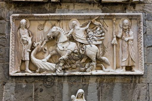 """Genova, Duomo (Cattedrale di S. Lorenzo), fianco sud, sezione tra il campanile e il portale di S. Gottardo: """"S. Giorgio e il drago tra S. Giovanni Battista e S. Giacomo maggiore"""", (sec. XIV), di scultore campionese."""