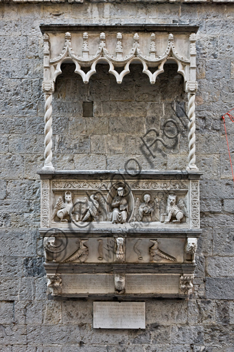 Genova, Duomo (Cattedrale di S. Lorenzo), fianco sud: tomba pensile di Antonio Grimaldi (post 1402).
