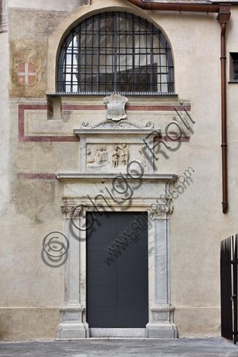Genova, Duomo (Cattedrale di S. Lorenzo):  il lato ovest del Battistero e il portale di S. Maria della Vittoria (1502-3).