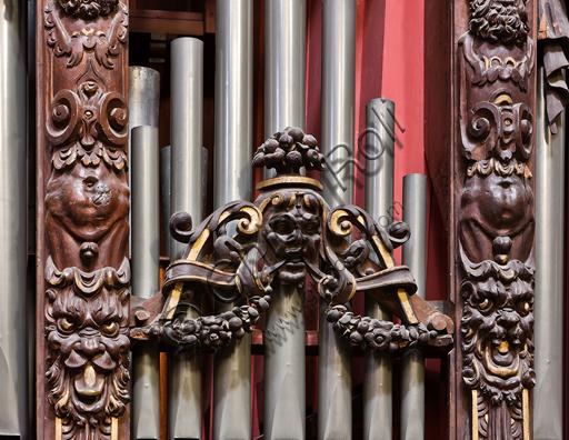 Genova, Duomo (Cattedrale di S. Lorenzo),  interno, cappella Cybo (braccio settentrionale del transetto), organo a canne di Gaspare Forlani: decorazioni lignee.