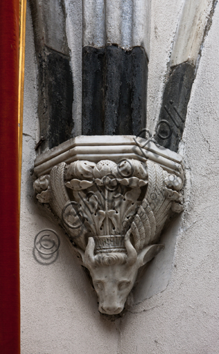 """Genova, Duomo (Cattedrale di S. Lorenzo), interno, navata settentrionale, Cappella De Marini, volta: """"peduccio dell'angolo Nord Est, con simbolo dell'evangellsta Luca"""", di Giovanni Gagini, 1452."""