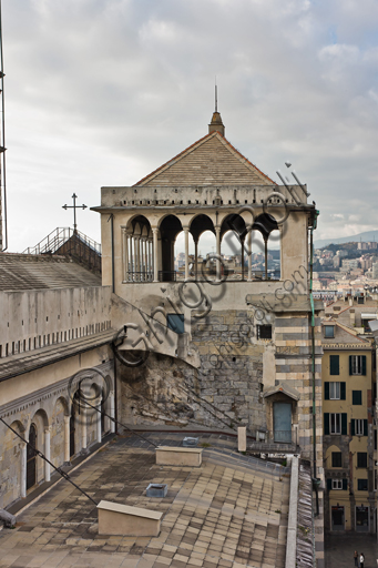 Genova, Duomo (Cattedrale di S. Lorenzo): la loggia di Giovanni Gandria che completa il campanile di sinistra che non venne mai ultimato.