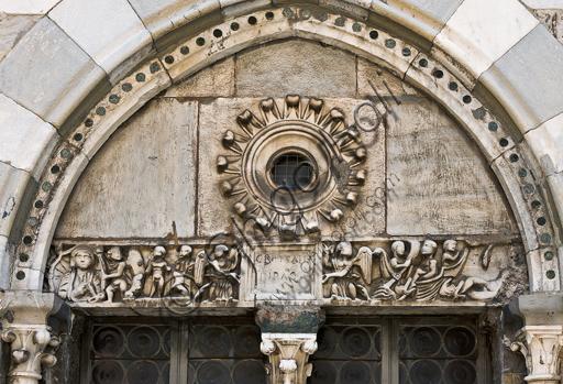 """Genova, Duomo (Cattedrale di S. Lorenzo), lato nord, la torre, bifora al secondo ordine: coperchio di sarcofago paleocristiano con """"Daniele e Giona"""" (300 - 350 d.C.)."""