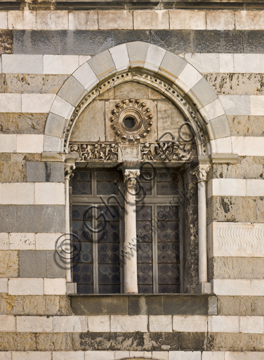 Genova, Duomo (Cattedrale di S. Lorenzo), lato nord, la torre: bifora al secondo ordine.