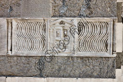 Genova, Duomo (Cattedrale di S. Lorenzo), lato nord, la torre:  fronte di sarcofago strigilato con porta socchiusa (200 - 225 d.C.)