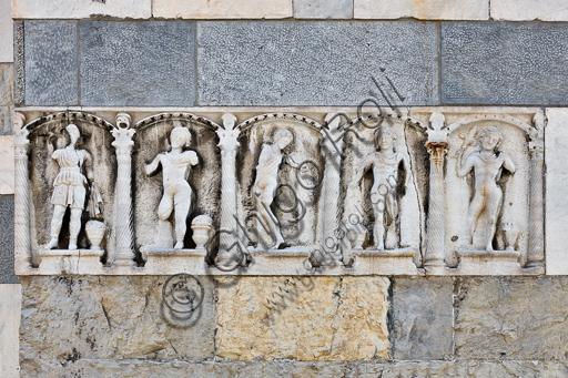 """Genova, Duomo (Cattedrale di S. Lorenzo), lato nord, la torre:  fronte di sarcofago ad arcate con """"Stagioni e Dioniso""""  (240 - 250 d.C.)."""