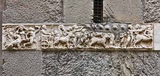 """Genova, Duomo (Cattedrale di S. Lorenzo), lato nord, la torre:  rilievo frammentario con """"Trionfo indiano di Dioniso"""" (II secolo d.C.)."""