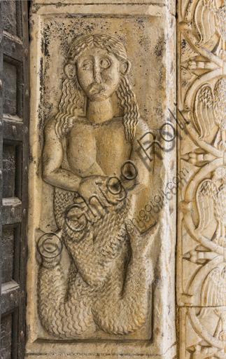 """Genova, Duomo (Cattedrale di S. Lorenzo), lato nord, portale di S. Giovanni Battista (prima metà del sec. XII), stipite di destra : """"Sirena"""", di scultori lombardo-comaschi."""