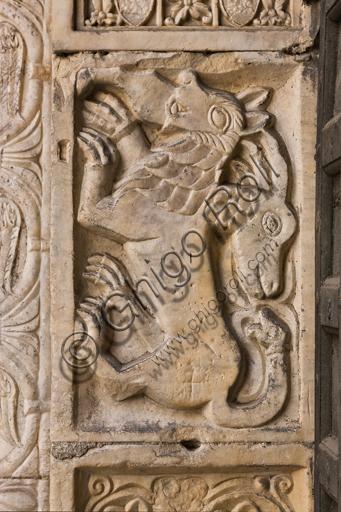 """Genova, Duomo (Cattedrale di S. Lorenzo), lato nord, portale di S. Giovanni Battista (prima metà del sec. XII), stipite di sinistra: """"Chimera"""", di scultori lombardo-comaschi."""