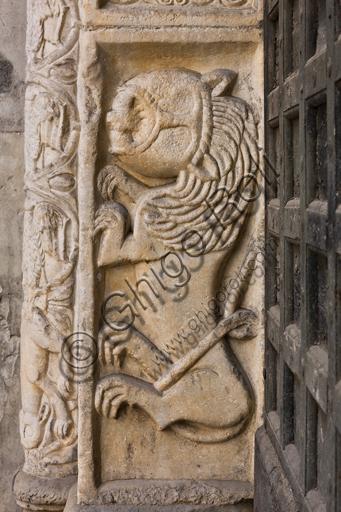 """Genova, Duomo (Cattedrale di S. Lorenzo), lato nord, portale di S. Giovanni Battista (prima metà del sec. XII), stipite di sinistra: """"Leone"""", di scultori lombardo-comaschi."""
