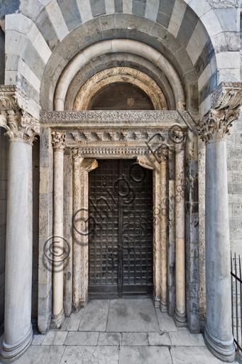Genova, Duomo (Cattedrale di S. Lorenzo), lato nord: portale di S. Giovanni Battista (prima metà del sec. XII), di maestri antelamici e campionesi.