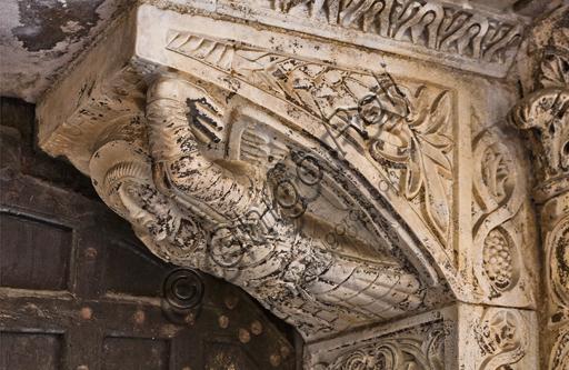 """Genova, Duomo (Cattedrale di S. Lorenzo), lato nord, portale di S. Giovanni Battista (prima metà del sec. XII): mensola a destra. Particolare con """"Angelo"""", simbolo di S. Matteo, di scultori lombardo - comaschi."""
