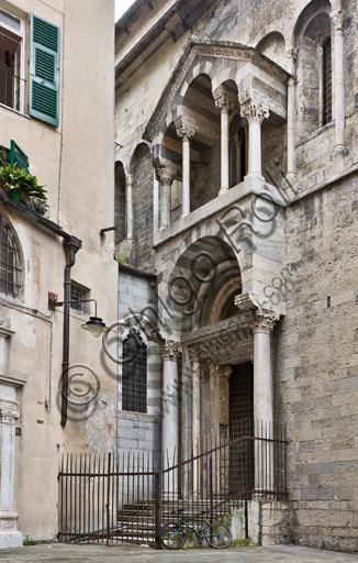 Genova, Duomo (Cattedrale di S. Lorenzo), lato nord: portale di S. Giovanni Battista (prima metà del sec. XII) con l'edicola del protiro, di maestri antelamici e campionesi.