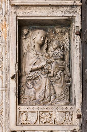 Genova, Duomo (Cattedrale di S. Lorenzo), lato nord, portale di S. Giovanni Battista (prima metà del sec. XII), stipite di destra del portale: Madonna con Bambino (1342), di maestro campionese.