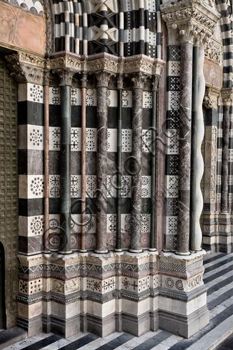 Genova, Duomo (Cattedrale di S. Lorenzo), lato ovest, la facciata, il portale di sinistra: basamenti e colonne degli strombi.