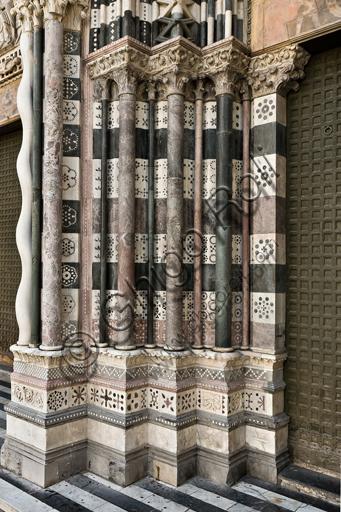 Genova, Duomo (Cattedrale di S. Lorenzo), lato ovest, la facciata, il portale di destra: basamenti e colonne degli strombi.