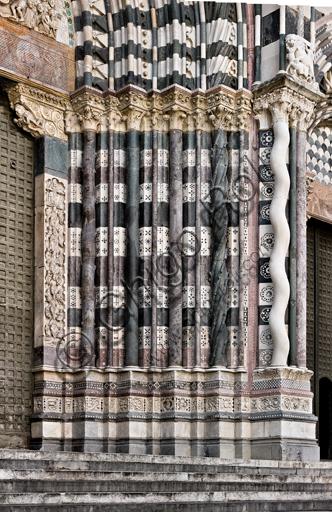 Genova, Duomo (Cattedrale di S. Lorenzo), lato ovest, la facciata, il portale maggiore: basamenti e colonne degli strombi.