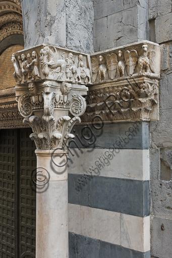 """Genova, Duomo (Cattedrale di S. Lorenzo), lato sud, portale di San Gottardo (1155 - 1160), protiro, capitello di destra, pulvino: teoria di aquile e Fuga in Egitto, di maestranza pisano - lucchese, """"primo maestro"""" e """"primo aiuto"""" del portale di S Gottardo."""