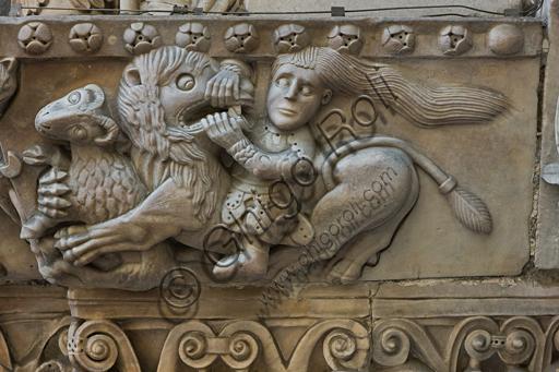 """Genova, Duomo (Cattedrale di S. Lorenzo), lato sud, portale di San Gottardo (1155 - 1160), protiro, capitello di destra, pulvino: """"Sansone che smascella il leone""""  di maestranza pisano - lucchese, """"primo maestro"""" e """"primo aiuto"""" del portale di S Gottardo."""