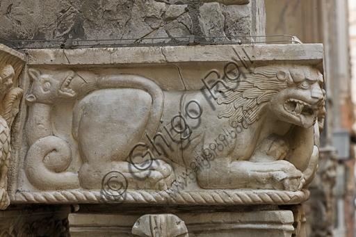 """Genova, Duomo (Cattedrale di S. Lorenzo), lato sud, portale di San Gottardo (1155 - 1160), protiro, capitello di sinistra, pulvino: draghi bicorpi dalle code serpentiformi, di maestranza pisano - lucchese, """"secondo maestro"""" e """"secondo aiuto"""" del portale di S Gottardo."""