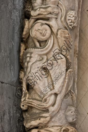 """Genova, Duomo (Cattedrale di S. Lorenzo), lato sud, portale di San Gottardo (1155 - 1160), lunetta, fascia interna: """"Figura mostruosa"""", di """"Primo Maestro"""" e """"Primo aiuto"""" del portale di S. Gottardo."""