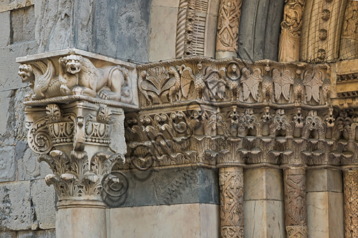 """Genova, Duomo (Cattedrale di S. Lorenzo), lato sud, portale di San Gottardo (1155 - 1160), protiro, capitello di sinistra, pulvino: teoria di aquile e draghi bicorpi dalle code serpentiformi, di maestranza pisano - lucchese, """"secondo maestro"""" e """"secondo aiuto"""" del portale di S Gottardo."""