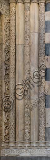 """Genova, Duomo (Cattedrale di S. Lorenzo), lato sud, portale di San Gottardo (1155 - 1160): fasci colonnari e stipiti di destra, di """"Primo Maestro"""" e """"Primo aiuto"""", """"Secondo Maestro"""" e """"Secondo aiuto"""", """"Terzo Aiuto"""" del portale di S. Gottardo."""