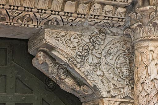 """Genova, Duomo (Cattedrale di S. Lorenzo), lato sud, portale di San Gottardo (1155 - 1160),  stipite di destra, mensola: """"Aquila, simbolo di S. Giovanni evangelista"""", di  """"primo maestro"""" edel portale di S Gottardo."""