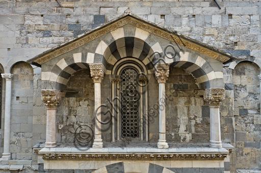 Genova, Duomo (Cattedrale di S. Lorenzo), lato sud, portale di San Gottardo (1155 - 1160): l'edicola del protiro.