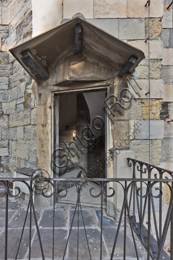Genova, Duomo (Cattedrale di S. Lorenzo):  l'uscita sul tetto delle scale che conducono alla loggetta di Giovanni di Gandria.