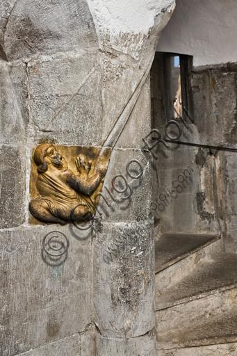 """Genova, Duomo (Cattedrale di S. Lorenzo), scala verso il campanile: """"Telamone reggivolta"""", 1225, di Maestro della lunetta della Cattedrale di Genova."""