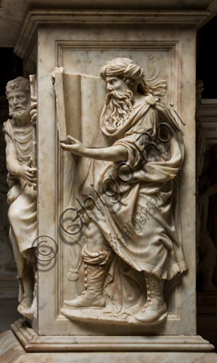 Genova, Genova, Duomo (Cattedrale di S. Lorenzo), Cappella di San Giovanni, baldacchino dell'altare: pilastro con figura di Mosè, scultura in marmo di Guglielmo Della Porta, 1531-1537.