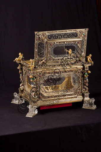 Genoa, Museum of the Treasury of the Cathedral of San Lorenzo: Cabinet of the ashes of St. John the Baptist. Florentine manufacture; XVI-XVII century; silver gilt, enamel, pearls, semi-precious stones. It was probably a jewelry box, that belonged to the Pinceti family who sold it to the Cathedral.
